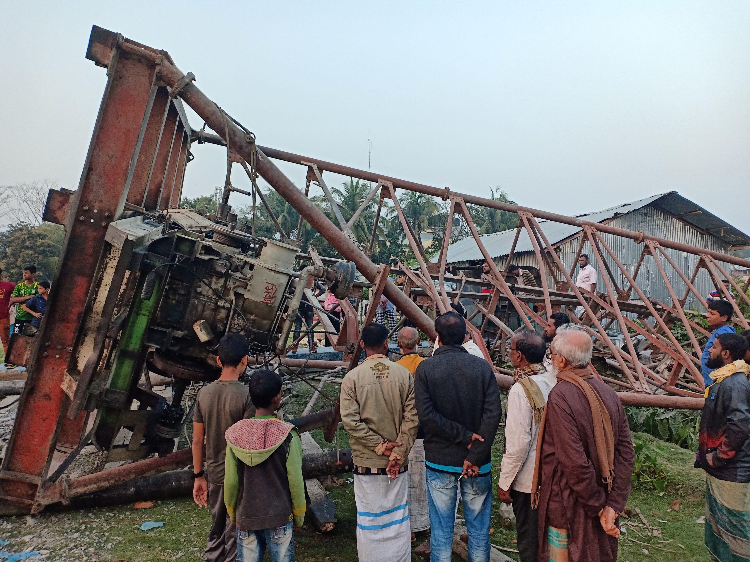 পিরোজপুরে নির্মানাধীন মডেল মসজিদের  পাইলিং টাওয়ার নিচে পড়ে নিহত-১ : আহত ২